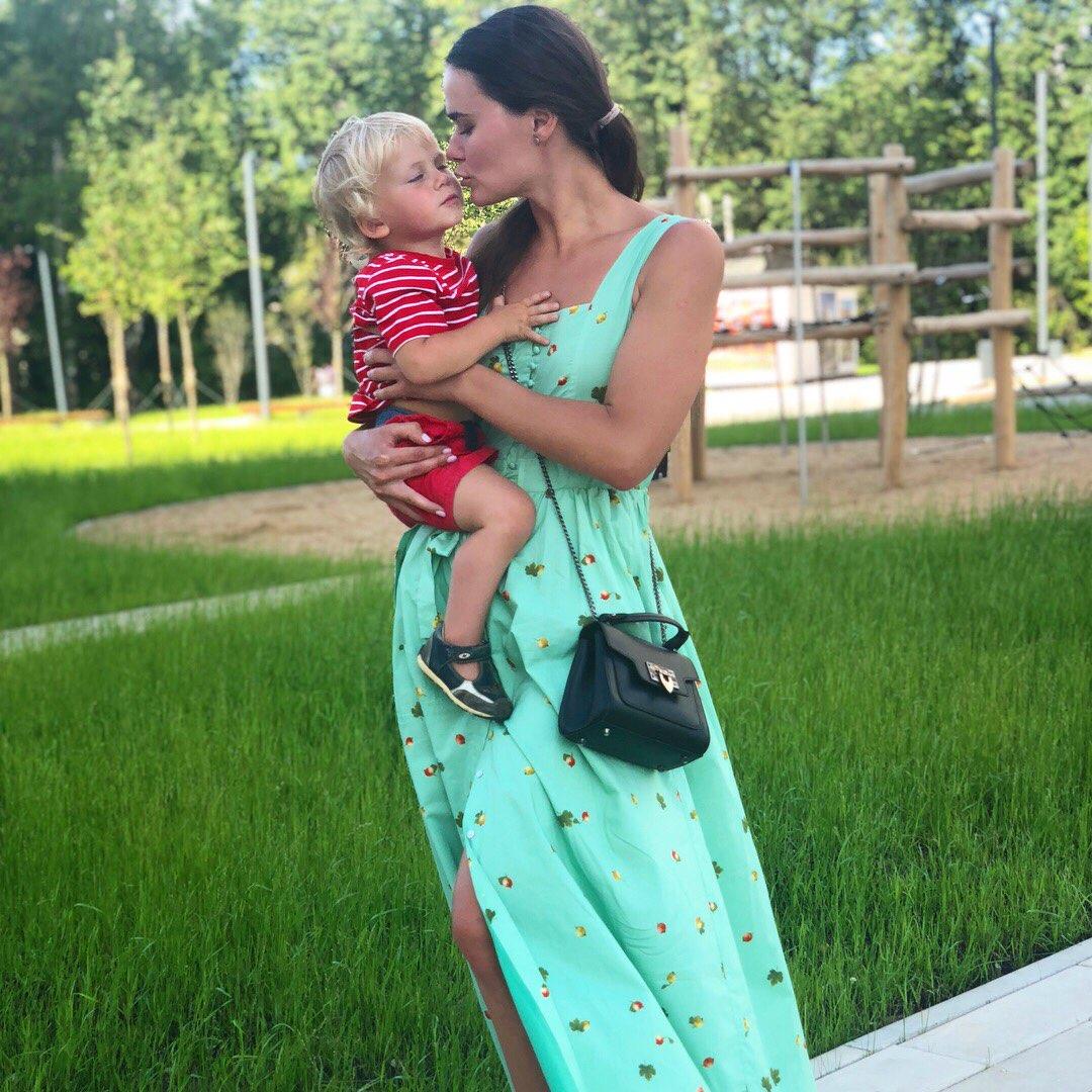 Фото девушки с ребенком.