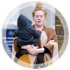 Певица Адель с ребенком.