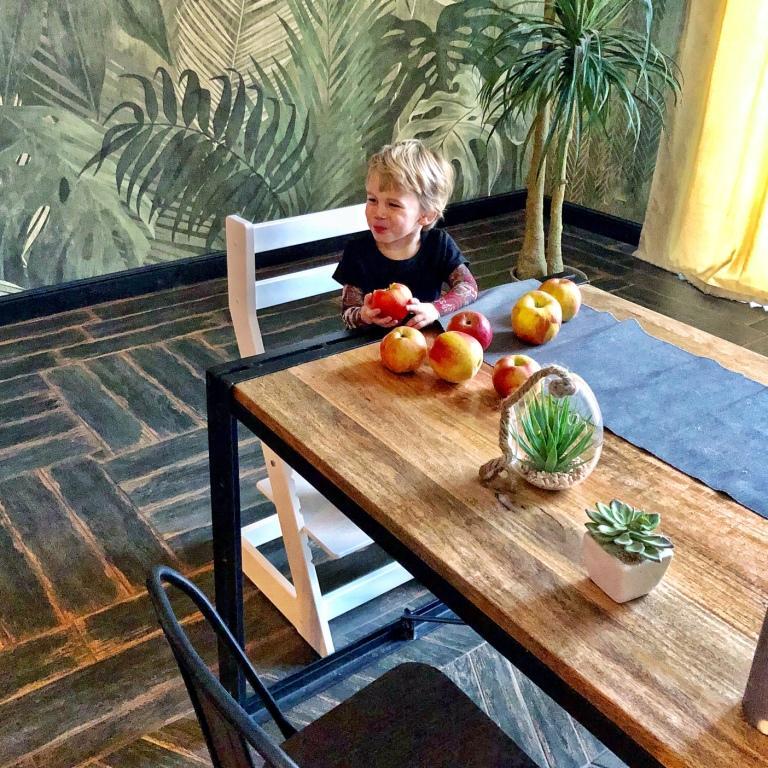 Фото ребенка за столом.
