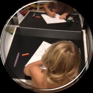Рисующий ребенок.
