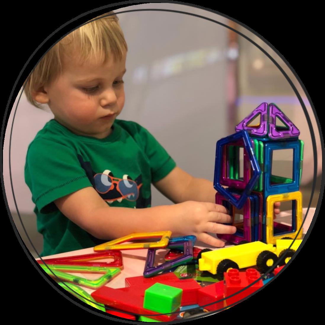 Ребенок и магнитный конструктор.