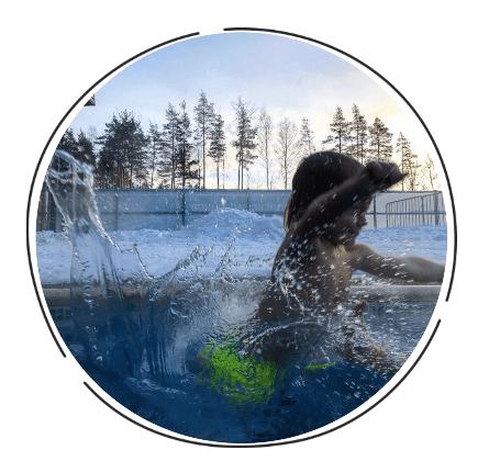 Ребенок плескается в воде.