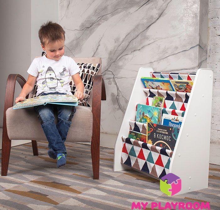 Максим рассматривает любимую книгу, которую выбрал САМ с полочки для книг