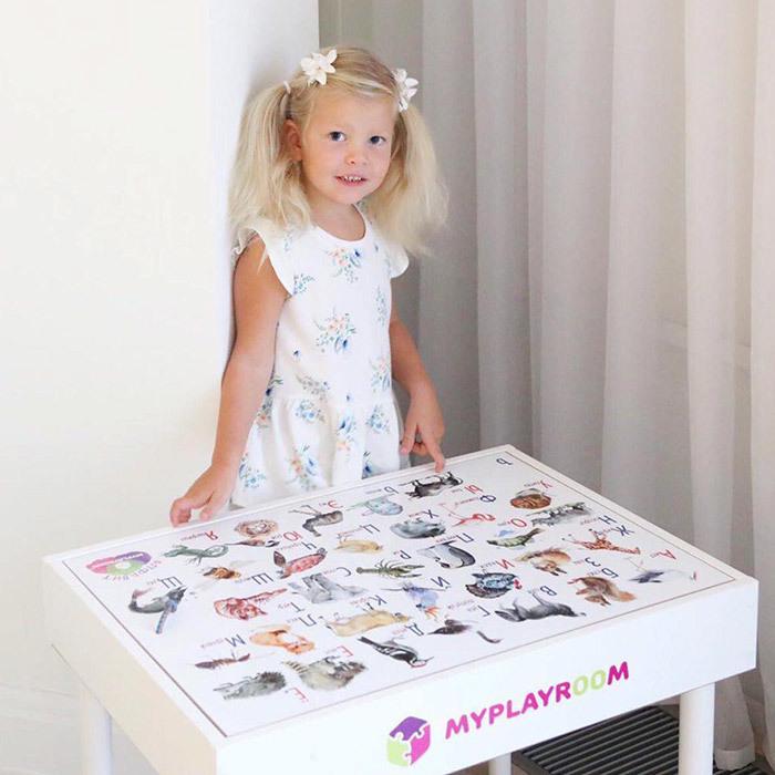 Девочка за игровым столом