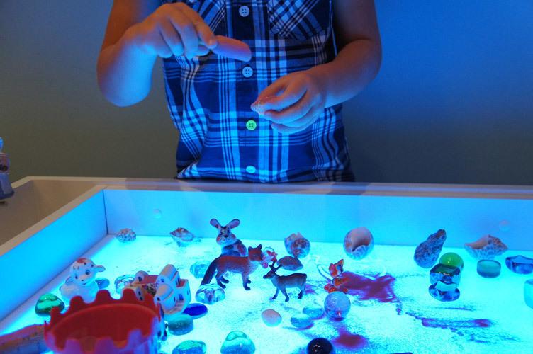 Игры со светом и фигурками с песком на световом столе Myplayroom.ru
