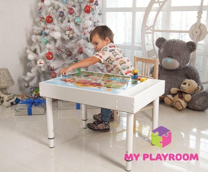 Мальчик играет за детским световым столом Myplayroom