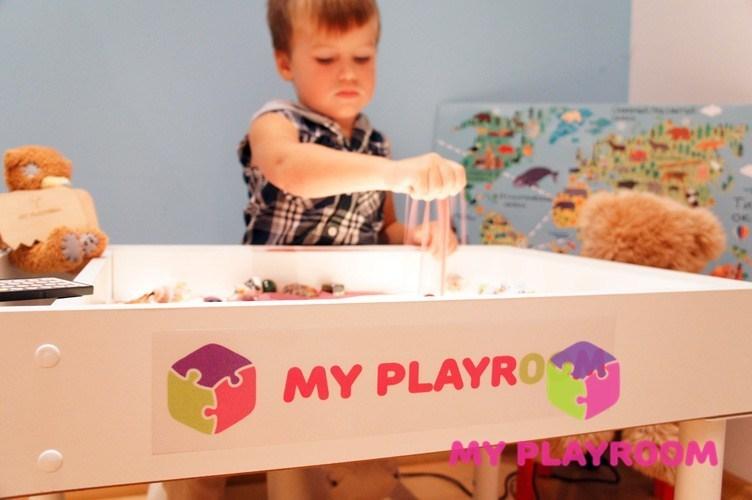 Мальчик рисует песком в световом столе песочнице Myplayroom