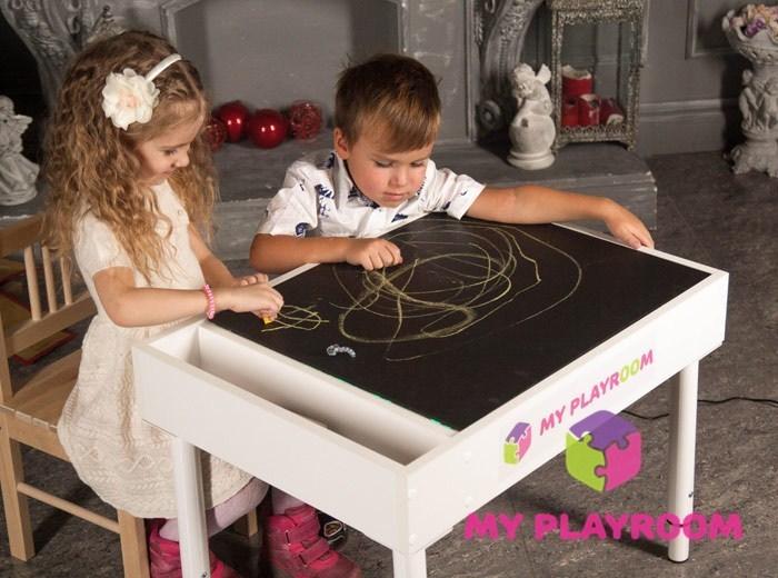 Дети рисуют мелом на черном поле светового стола