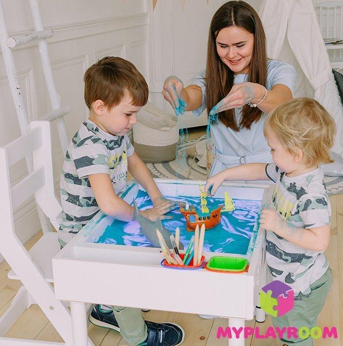 Игра в детской песочнице