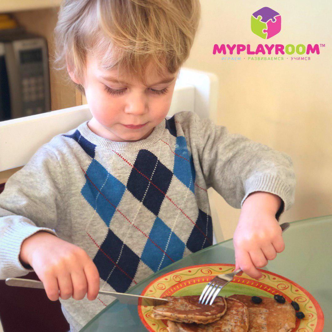 Иван ест сам с помощью вилки и ножа из набора