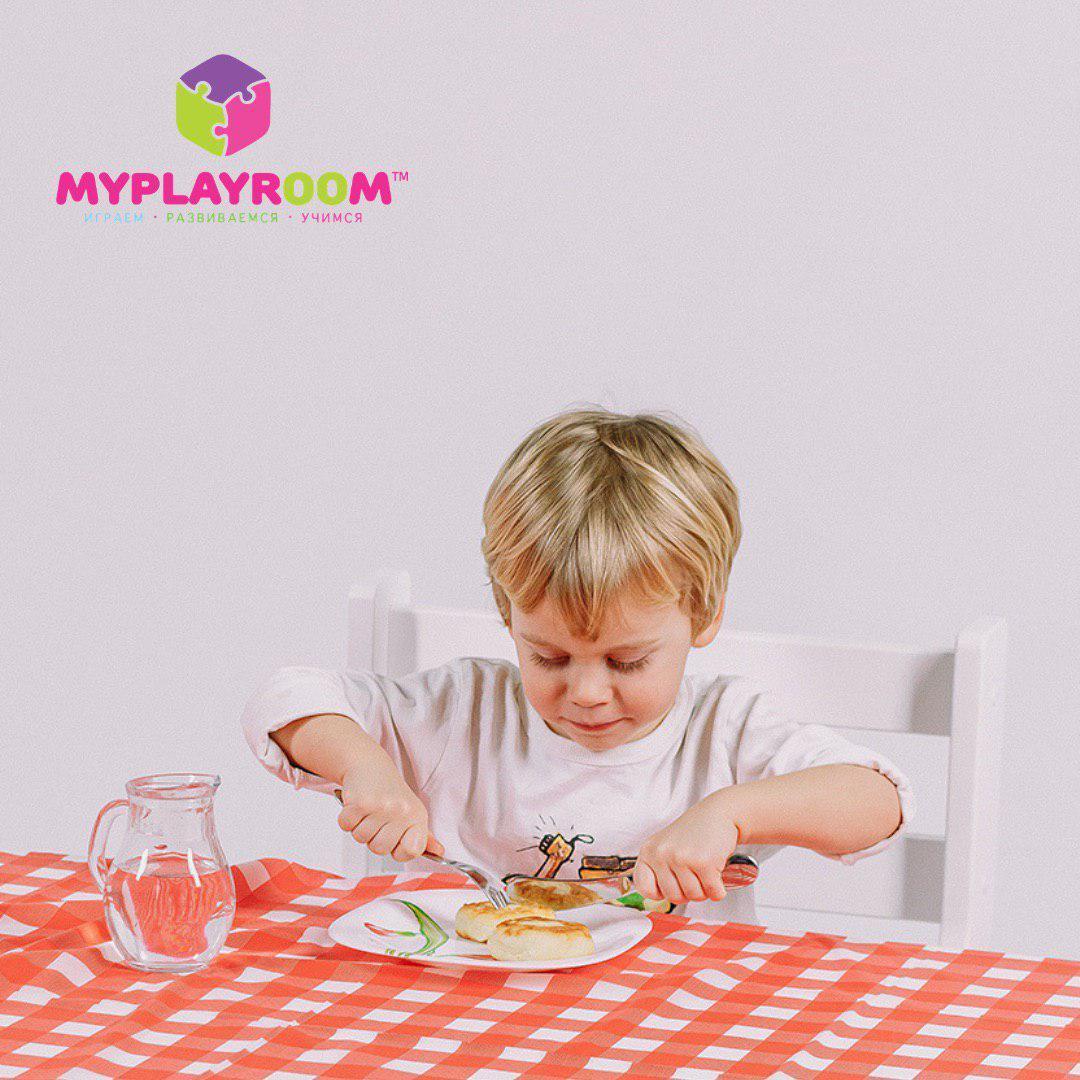 Ест сам с помощью детских столовых приборов