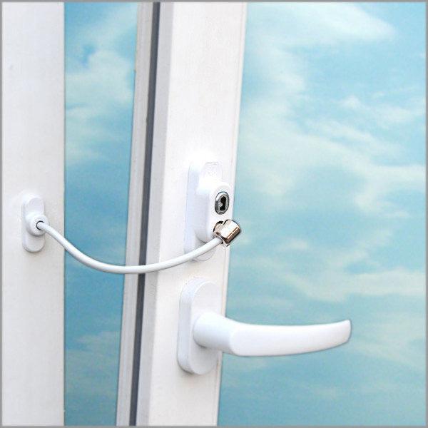 Открытое окно с ограничителем открывания