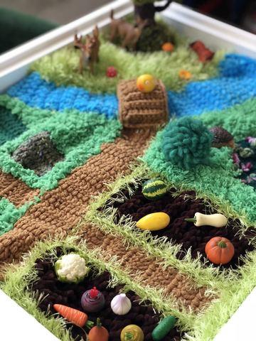 Вязаный коврик-ландшафт для сенсорных коробочек ручной работы