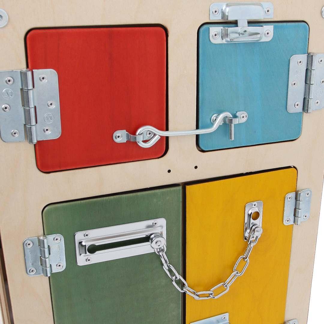 Доски с дверцами и замками для детей