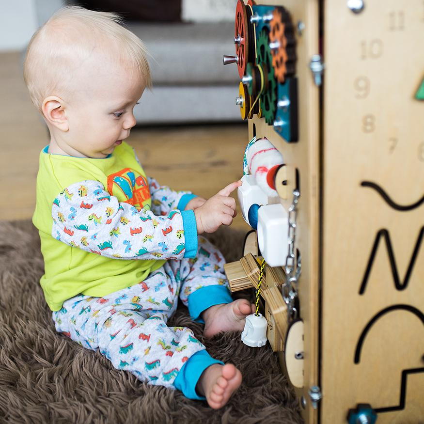 Любимые игрушки детей бизиборды с замочками и предметами