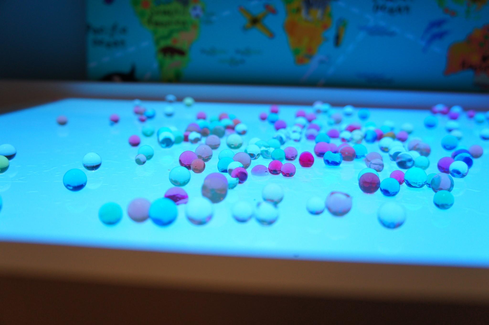 гидрогелевые шарики / шарики орбис / орбиз на световом столике Myplayroom.ru