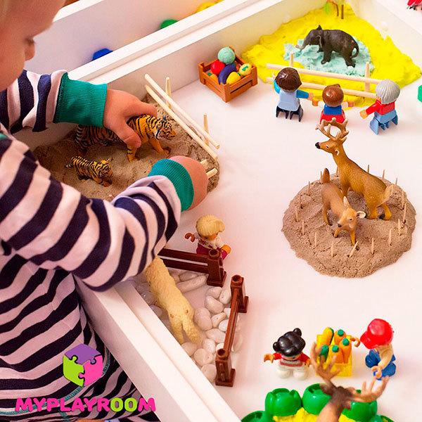 Игра с детскими игрушками в домашней песочнице myplayroom