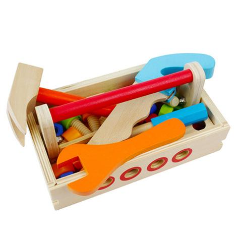 Деревянный верстак с тисками и набором инструментов 3