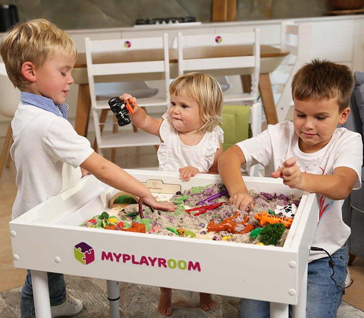 Дети играют со световой песочницей