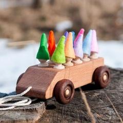 Деревянная машинка с пассажирами в колпачках
