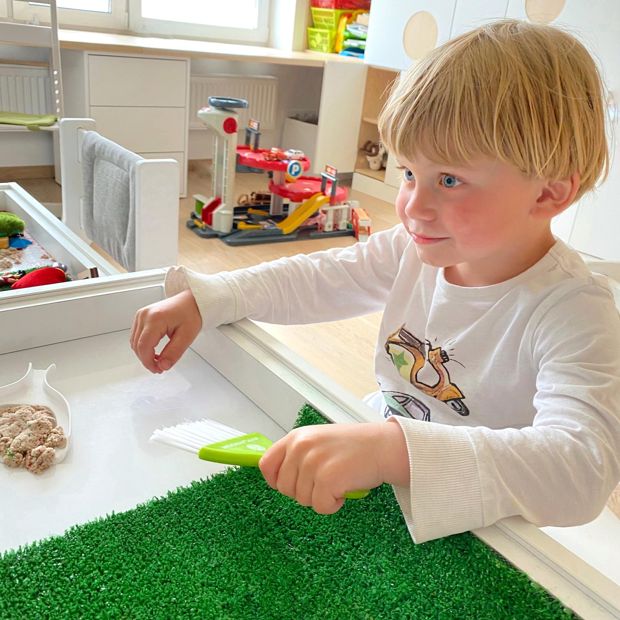 Ваня в 4 года сам играет свой любимый столик удобным набором для уборки