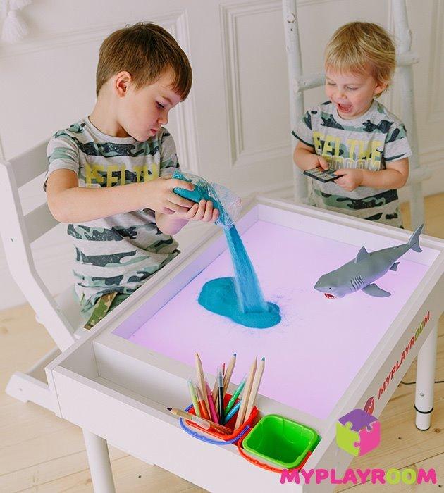Дети играющиеся с песком